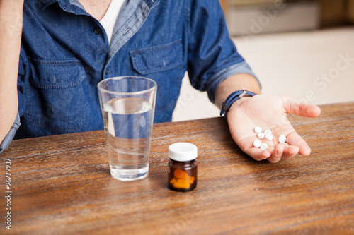Poster de jardin Bar Taking some pills for a headache