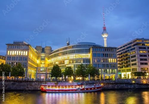 panorama-berlina-z-brzegu-rzeki-noca-widok-na-statek-i-berliner-fernsehturm