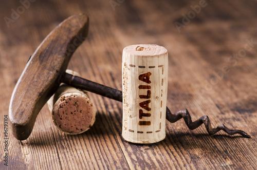 Fotografia  turacciolo di vino con scritta italia e cavatappi vintage