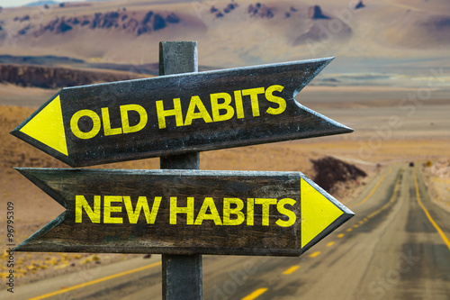 Fotografía  Old Habits - New Habits signpost in a desert road background