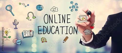 biznesmen-rysuje-online-edukaci-pojecie