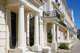 Fototapeta Londyn - White luxury houses facades in London, Kensington and Chelsea