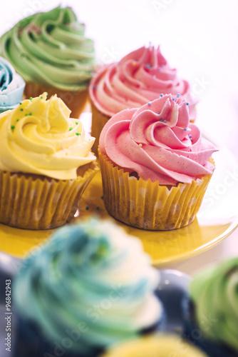 Photo  Delicious cream color cupcakes in a bakery shop