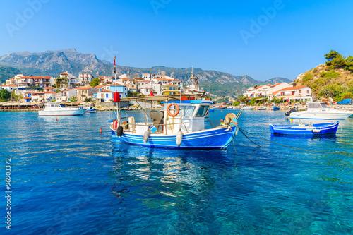 typowa-blekitna-i-biala-kolor-lodz-rybacka-w-kokkari-porcie-samos-wyspa-grecja