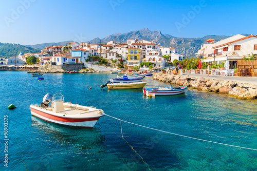 Photo sur Toile Chypre Fishing boats in Kokkari bay with colourful houses in background, Samos island, Greece