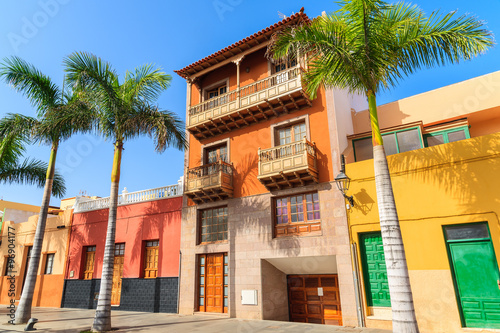 Photo Colourful houses and palm trees on street in Puerto de la Cruz town, Tenerife, C