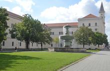 Фонтан напротив здания Мюнхенского университета им. Людвига Максимилиана на Professor-Huber-Platz (Германия)
