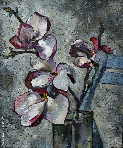 obraz-olejny-martwa-natura-z-fioletowymi-kwiatami-magnolii-na-plotnie-z-tekstura-w-skali-szarosci