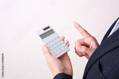 Fotografía  電卓を使うビジネスマン
