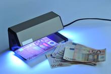 Geldscheinprüfgerät, Banknoten, Falschgeld, Euro, Geldscheine, Fälschung, Echtheit,  Schwarzlicht, Geldfälschung, Sicherheitsfäden, UV-Licht, Kriminalität