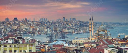 Fotobehang Midden Oosten Istanbul Panorama. Panoramic image of Istanbul with Yeni Cami Mosque and Galata Bridge during sunset.