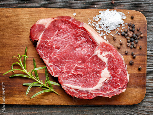 Photo  raw beef steak