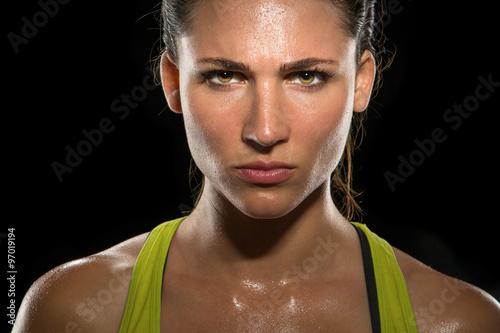 Fotografía  Intensos ojos miran determinado atleta campeón cabeza resplandor dispararon sudo