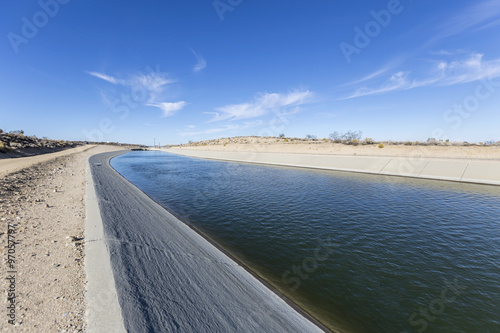 Photo California Aqueduct in the Mojave Desert
