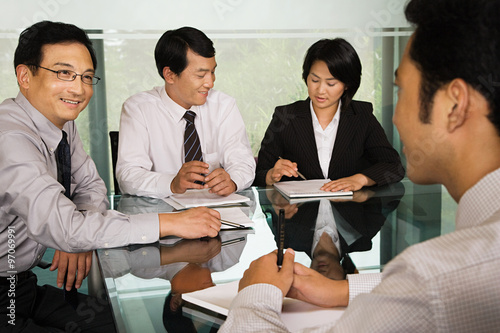 Photo  Chinese businesspeople in a meeting