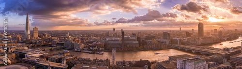 Montage in der Fensternische London Beautiful sunset and dramatic clouds over the south side of London - Panoramic skyline of London - UK