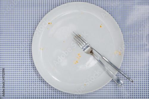 Leerer Teller Mit Besteck Krumel Und Pizza Sauce Auf Blau Kar Kaufen Sie Dieses Foto Und Finden Sie Ahnliche Bilder Auf Adobe Stock Adobe Stock