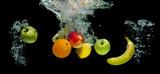 Fototapeta Łazienka - Owoce wpadające do wody