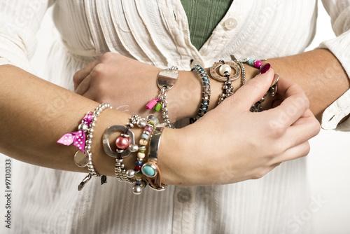 Fotografía  Woman adjusting bracelets closeup image