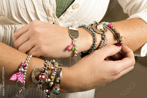 Fotografía  Woman adjusting bracelets closeup image