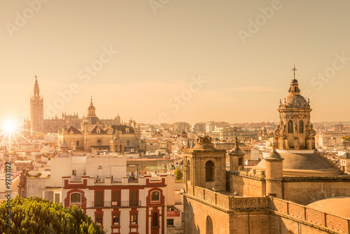 Fototapeta premium Widok z lotu ptaka na dachy i katedrę w Sewilli, Andaluzja, Hiszpania