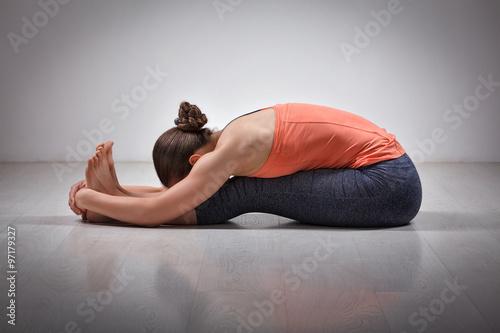 Photo Woman practices Ashtanga Vinyasa yoga asana