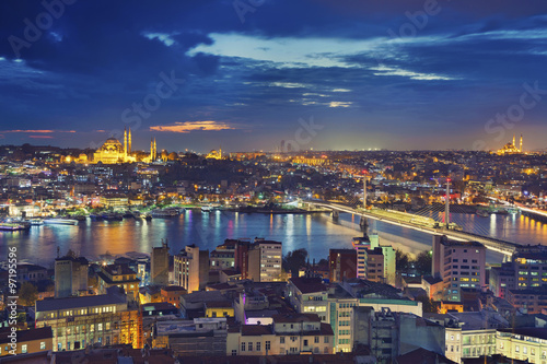 Fototapeta Istanbul. Image of Istanbul with Suleymaniye Mosque and Golden Horn Metro Bridge during twilight blue hour. obraz na płótnie