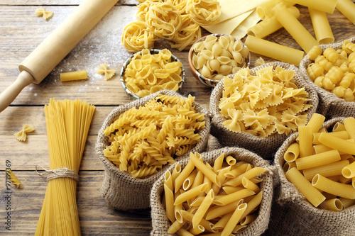 Fotografie, Obraz  Vista dall'alto těstoviny italiana Grezza Sfondo Legno rustico