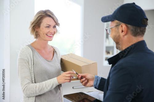 Fotografía  Mujer que recibe el paquete del repartidor