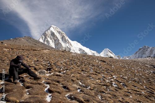 Wall mural - Sherpa Resting at Pumori Peak - Nepal