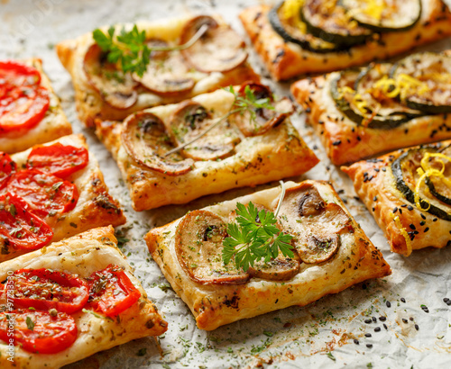 Fotografía Puff pastry small tarts with vegetables