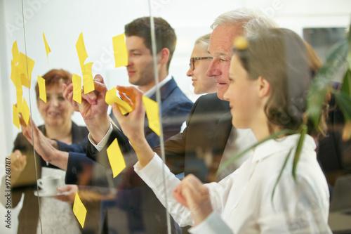 Fototapeta Geschäftsleute machen Notizen auf Zetteln obraz