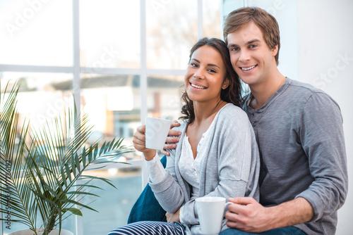 Foto  Junge Mischrassepaare zu Hause