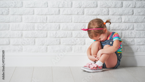 Foto little child girl crying and sad about brick wall