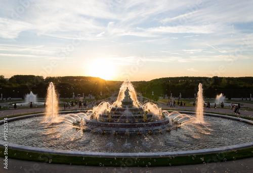 Foto auf Leinwand Fontane Coucher de soleil sur la fontaine du Jardin de Versailles