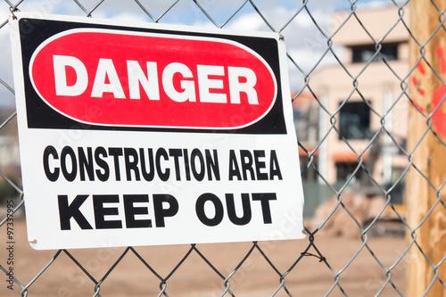 Fotografie, Obraz  Znamení nebezpečí stavební plocha zavěšená na řetězu plot na staveništi