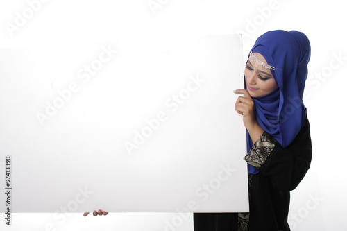 Fotografía  Malaysian asian malay woman holding an empty white board for content space isola
