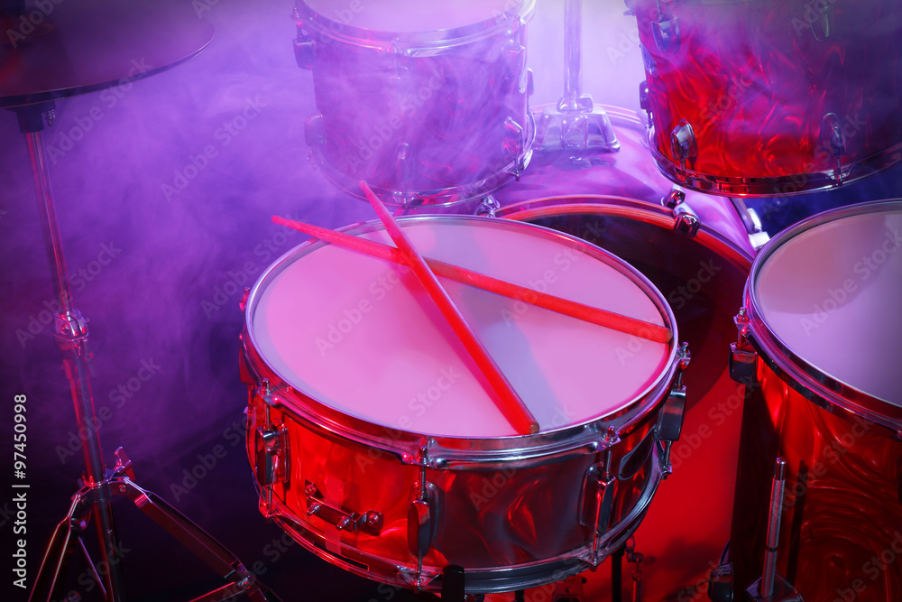 Drums set and sticks, close-up Foto, Poster, Wandbilder bei EuroPosters