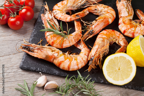 Staande foto Schaaldieren Grilled shrimps on stone plate