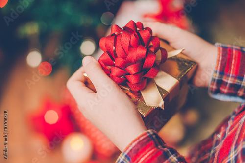 Valokuva  Ein Kind packt die Weihnachtsgeschenke aus