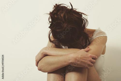 Fotografía  femme triste contre un mur