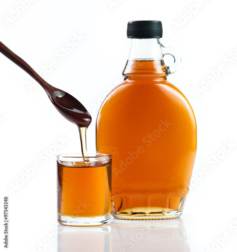 Photo  maple syrup in glass bottle on white background