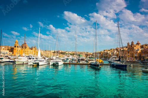 Photo Stands Ship yachts near pier in Birgu