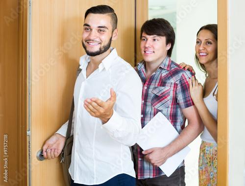 Fotografía  realtor showing new apartment to  couple