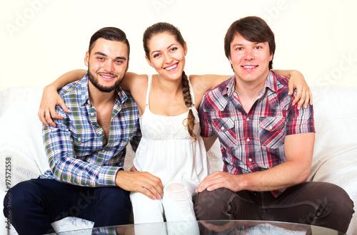 Fotografía  a woman and two men smiling