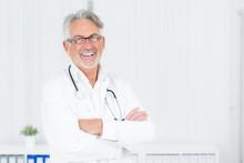 Lachener Doktor Hält Die Arme Verschränkt