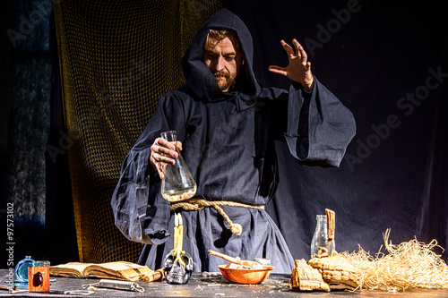 Photo  Portrait of a crazy medieval scientist working in his laboratory