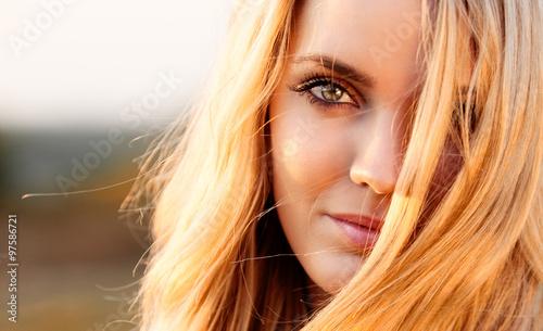 Fotografie, Obraz  Schöne junge Frau mit blonden Haaren