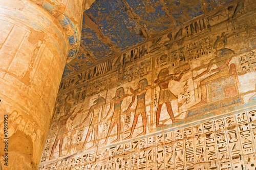 Tuinposter Egypte The colorful walls of Habu Temple