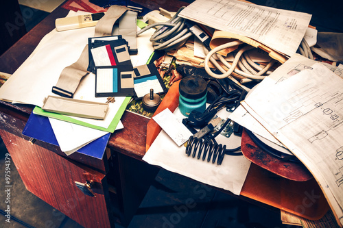Fotografía  Messy workplace with paper on table